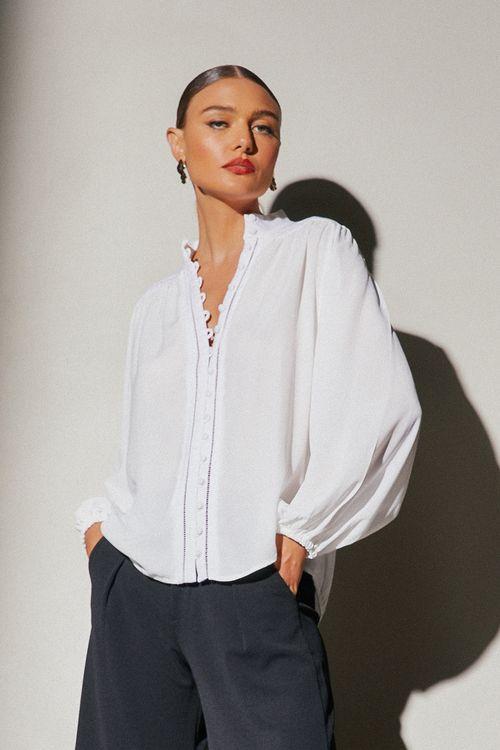 Camisa crepe com linho botao vista e detalhe vazado Off white